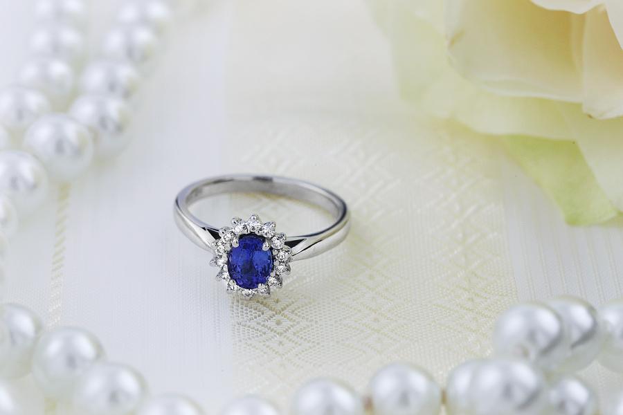 Inel cu Tanzanit si Diamant Dama Aur Alb 18kt cu un Tanzanit Oval in Centru si Diamante Rotunde in Jur si pe Lateral-img1