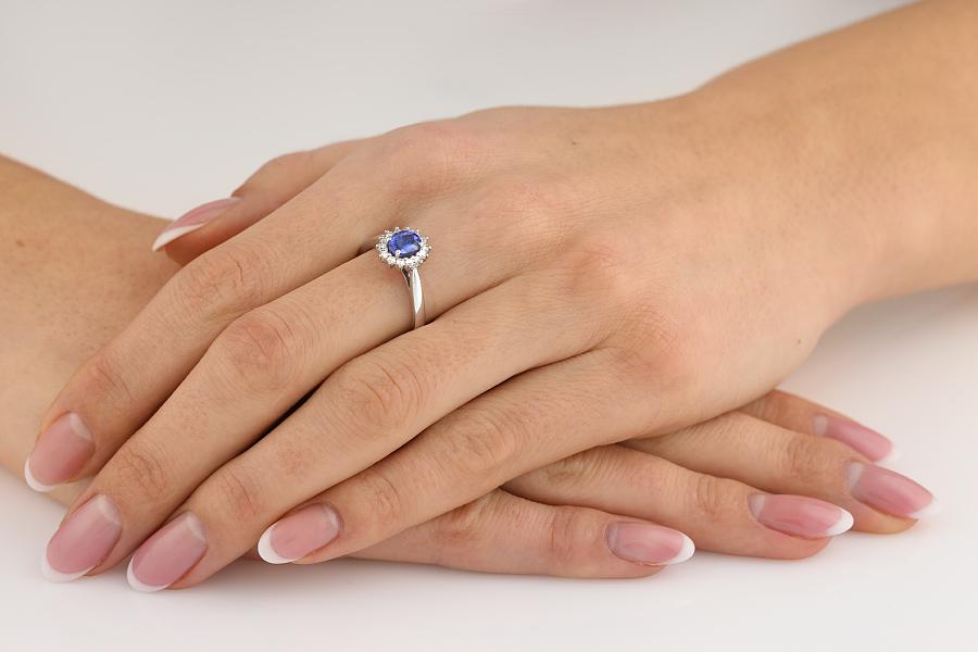 Tansanit und Diamant Ring für Dame in 18kt Weißgold mit einem ovalen Tansanit in der Mitte und runden Brillanten herum und auf den Schultern-img1