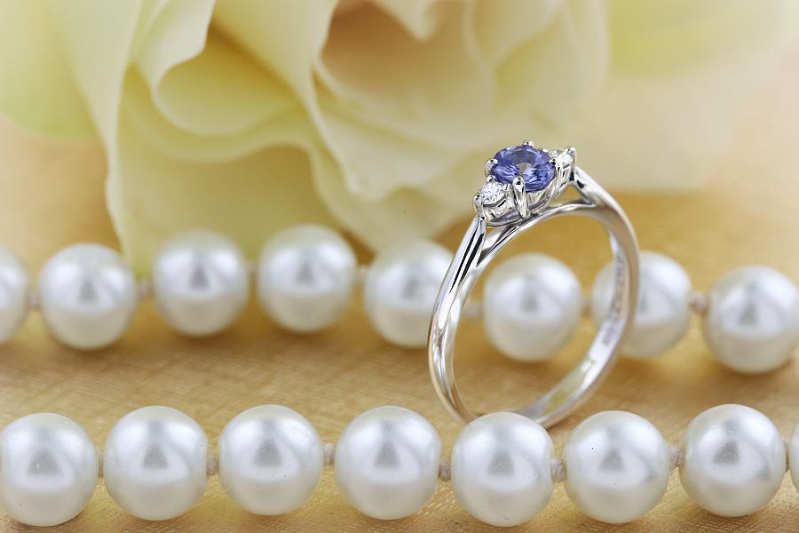 Inel cu Tanzanit si Diamant Dama Aur Alb 18kt cu un Tanzanit Oval si Diamante Rotund Briliant pe Margini-img1