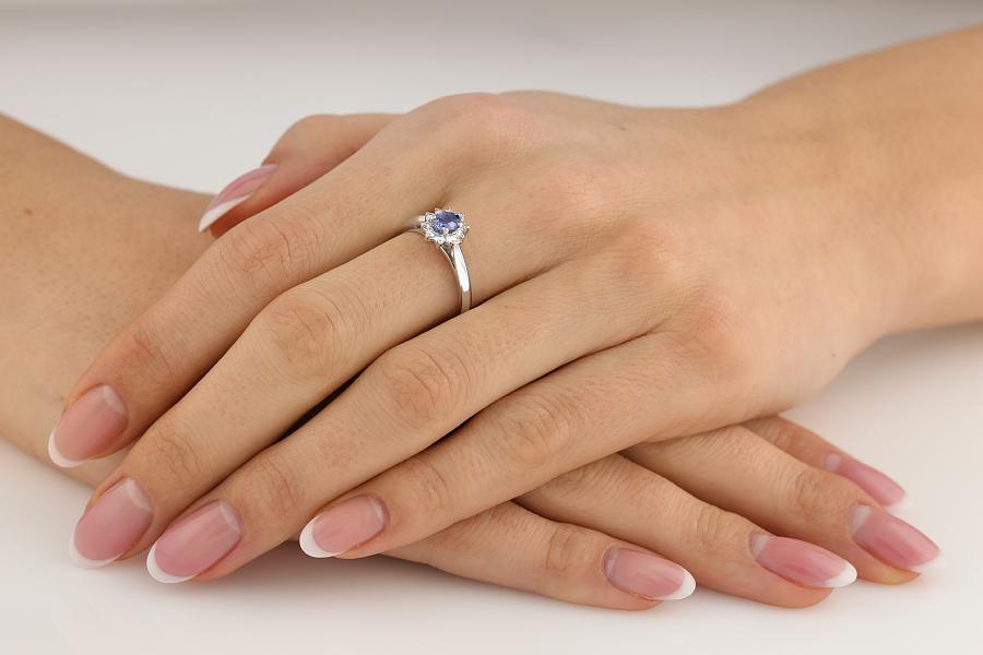 Inel cu Tanzanit si Diamant Dama Aur Alb 18kt cu un Tanzanit Oval in Centru si Diamante Rotund Briliant in Setare Gheare-img1