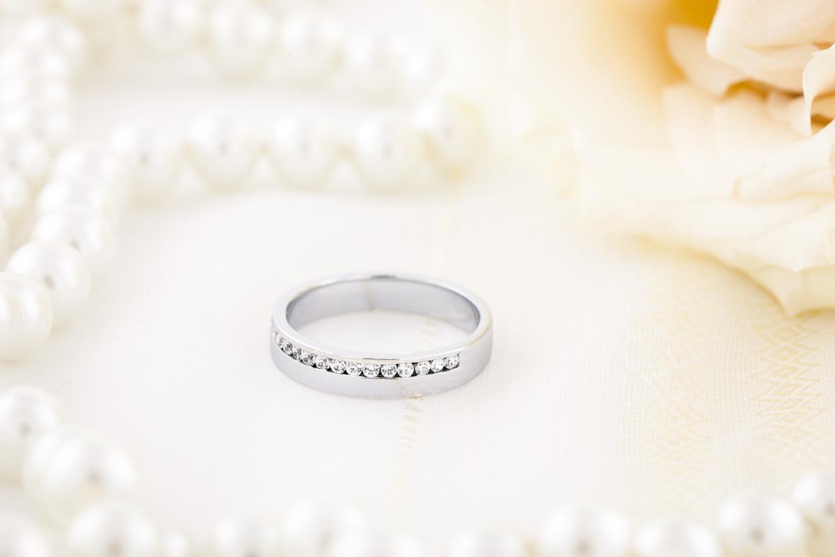 RDW042W1 - Verighetă damă curbată fin, din aur alb 18kt, lățime 4.0mm, cu 17 diamante tăietura rotund brilliant setate în canal-img1