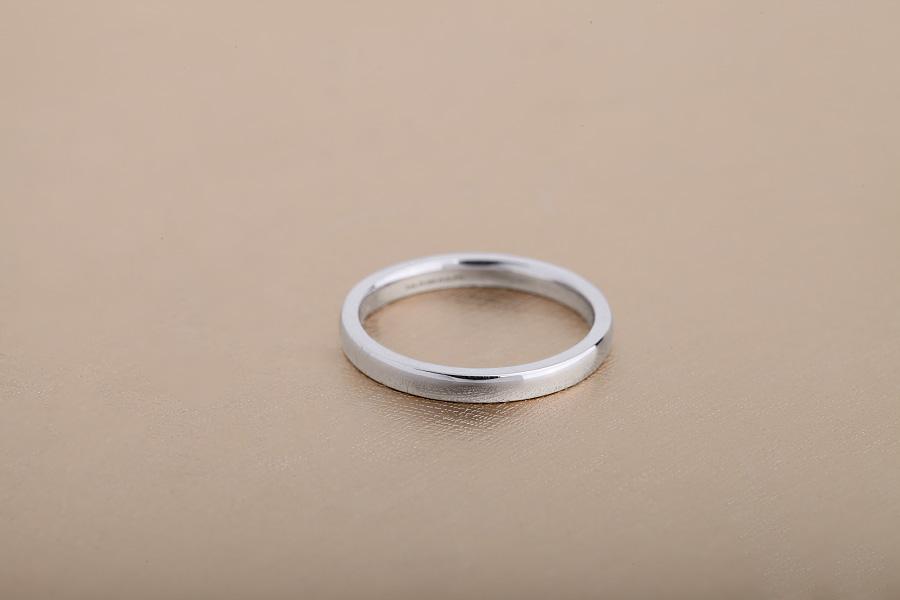 Einfacher Ehering für Dame in 9kt Weißgold, mittelschwer, bombiertes Profil, poliert-img1