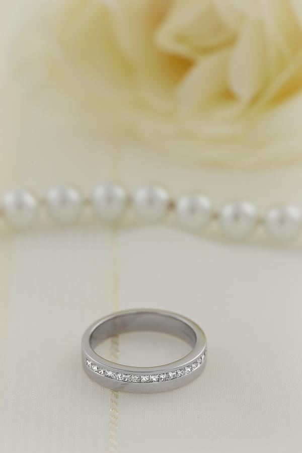 Verigheta cu Diamant Dama Aur Alb 18kt cu 3 Diamante Forma Princess in Setare Canal Top Plat Interior Rotunjit Latime 2.4mm-img1