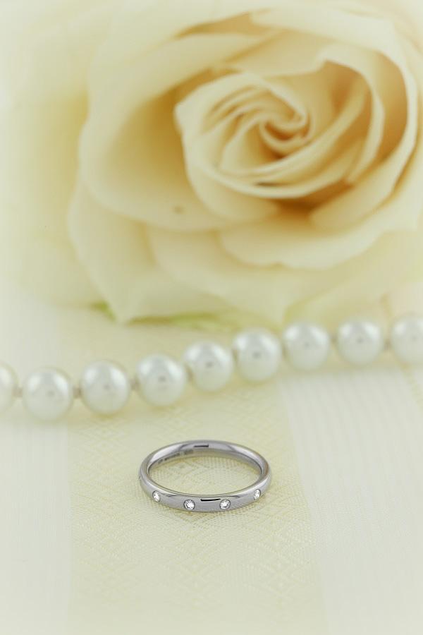 Ehering mit Diamanten für Dame in 18kt Weißgold mit 5 runden Brillanten in Zargenfassung, bombiertes Profil, Breite 2.5mm-img1