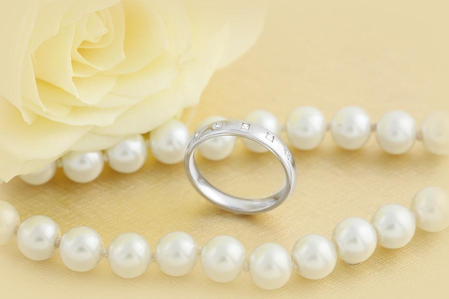 RDW013W1 -Verighetă damă 18kt din aur alb bombată cu 5 diamante tăietura princess setate în rub over.-img1