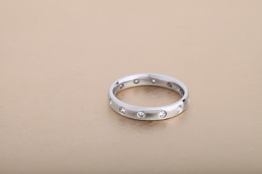 Ehering mit Diamanten für Dame in 18kt Weißgold mit 12 runden Brillanten in Zargenfassung, bombiertes Profil, 3.5mm-img1