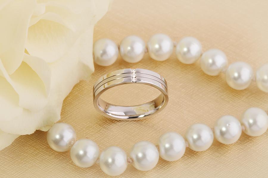 Ehering mit Diamanten für Dame in 18kt Weißgold mit 3 runden Brillanten in Kanalfassung, außen flach/innen bombiert, 4.5mm breit-img1
