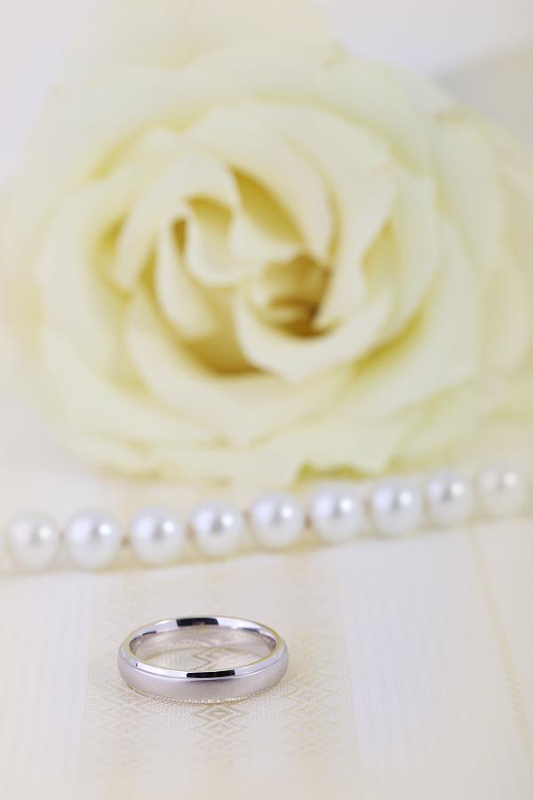 Einfacher Ehering für Dame in 18kt Weißgold mit bombiertes Profil, sandgestrahlt mit polierten Kanten, 4mm breit-img1