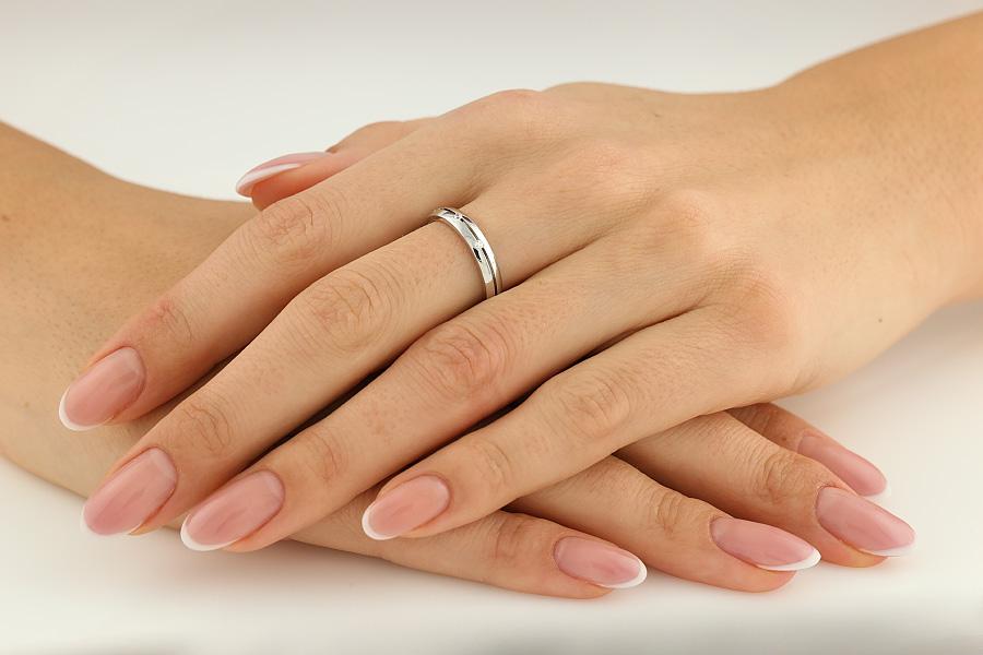 Ehering mit Diamanten für Dame in 18kt Weißgold mit 3 runden Brillanten, bombiertes Profil, Breite 3.5mm-img1