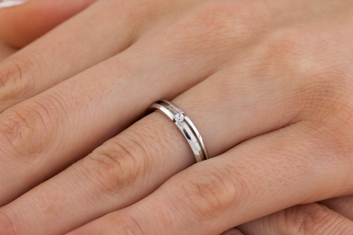 Ehering mit Diamanten für Dame in 18kt Weißgold mit einem runden Brillanten, bombiert, 3.5mm breit-img1