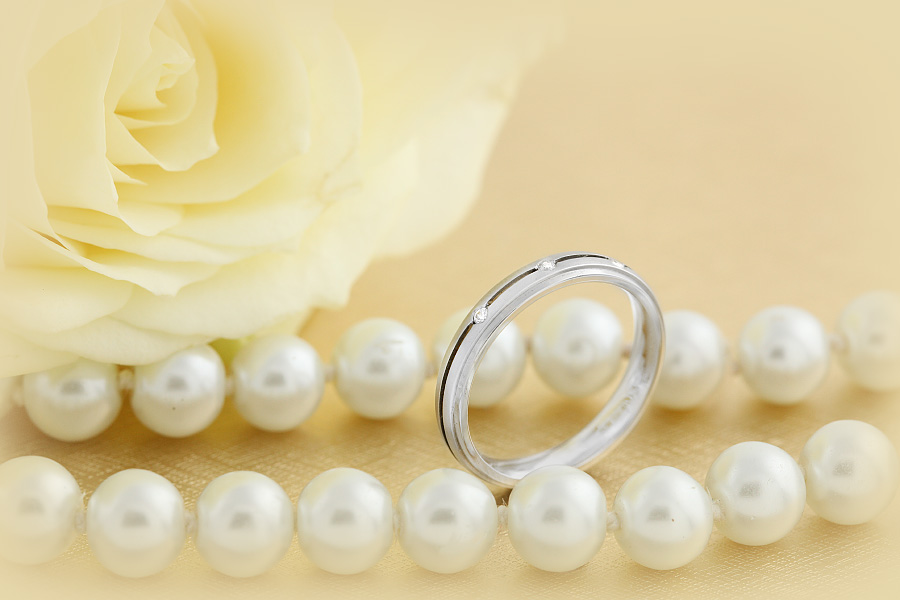 Ehering mit Diamanten für Dame in 18kt Weißgold mit 3 runden Brillanten und abgesenkten Kanten, bombiertes Profil-img1