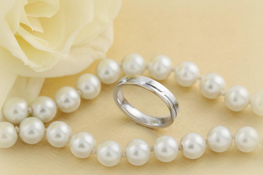 Ehering mit Diamanten für Dame in 18kt Weißgold mit 3 runden Brillanten, außen flach/innen bombiert-img1