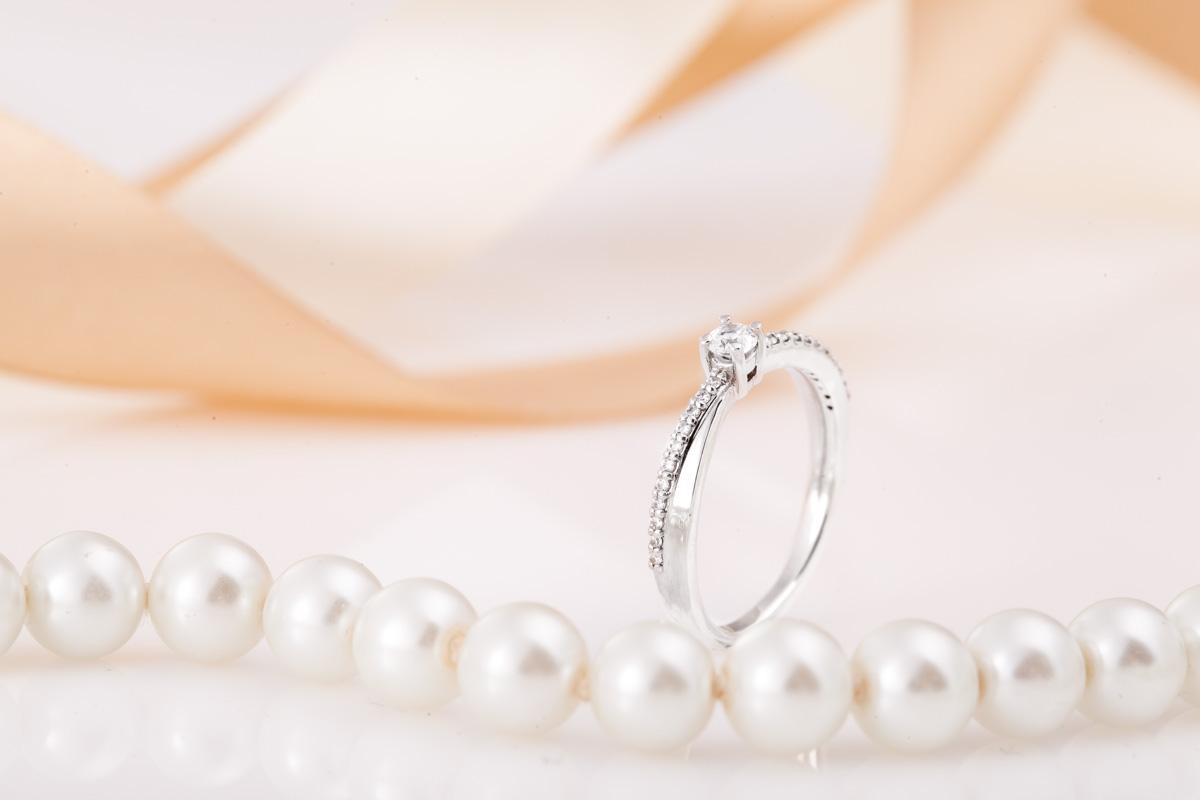 Inel de Logodna Solitaire cu Diamante Mici pe Lateral Dama Aur Alb 14kt cu Diamant Central Rotund si Diamante Rotunde pe Lateral-img1